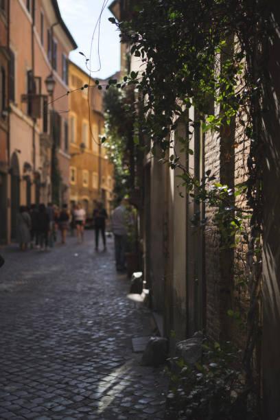 alley in trastevere - roma foto e immagini stock