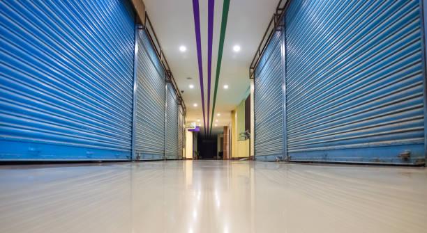 alley of a mall zeigt geschlossene geschäfte während der sperrung - standbildaufnahme stock-fotos und bilder
