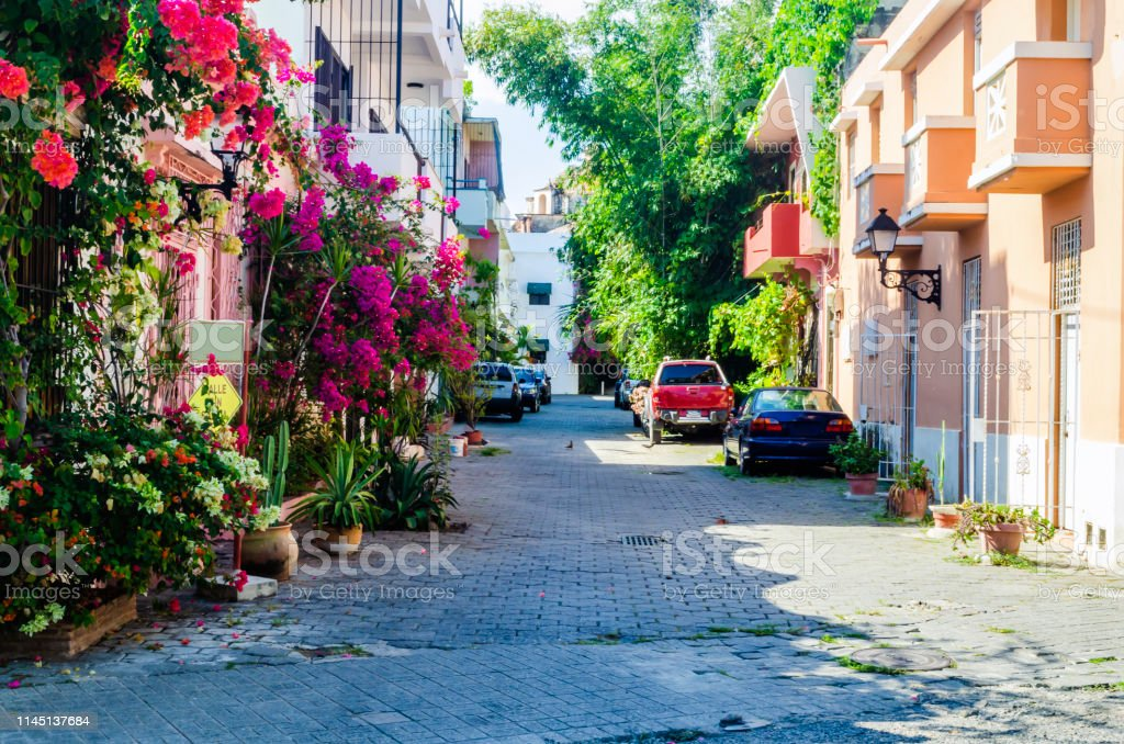 Dominikanska republika Alley-of-regina-typical-neighborhood-of-the-colonial-zone-of-santo-picture-id1145137684