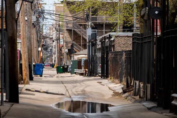 Alley wird große Pfütze und Metallzäune – Foto