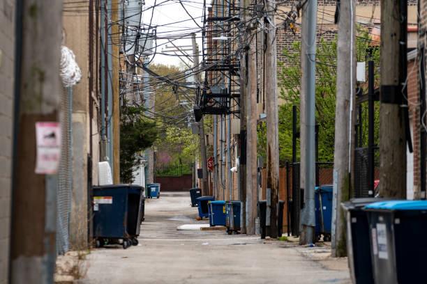 Allee mit Stromleitungen und Brandentweichen – Foto