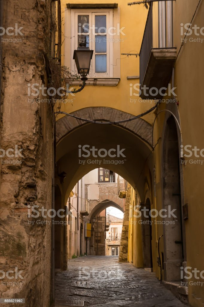 Alleys and arches in the historic center of Benevento - foto stock