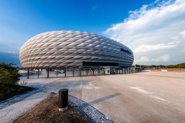 allianz arena - fußball-stadion - münchen - bayern fußball heute stock-fotos und bilder