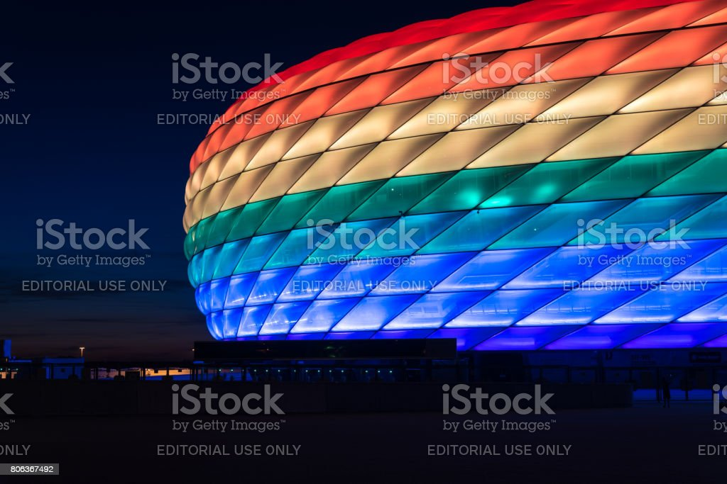 Allianzarena beleuchtet in Regenbogenlicht am Christopher Street Day – Foto