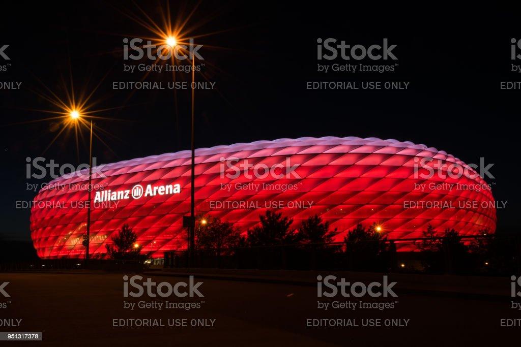 安聯球場,拜仁,在夜間照亮紅色的足球體育場圖像檔