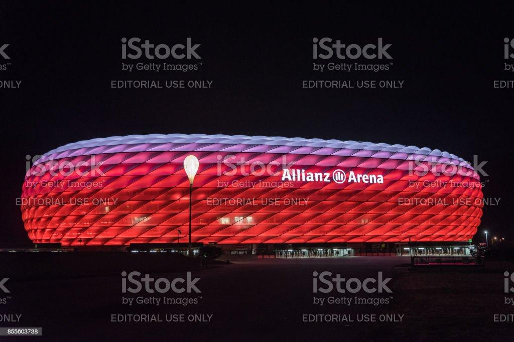 安聯球場,拜仁,夜間照明在紅色與白色的頂上的足球場圖像檔