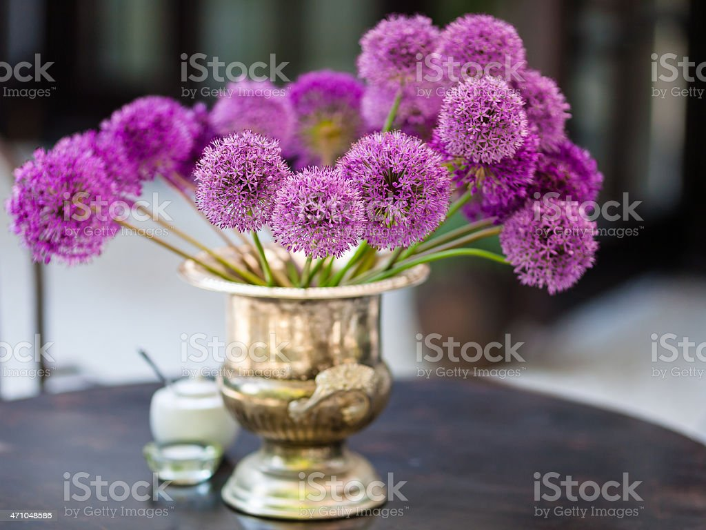 Allium flowers bouquet in a stylish decorative vase​​​ foto
