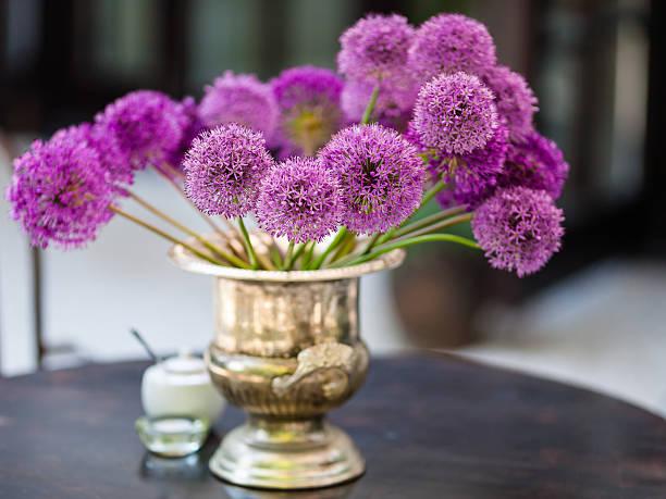 Allium flowers bouquet in a stylish decorative vase foto
