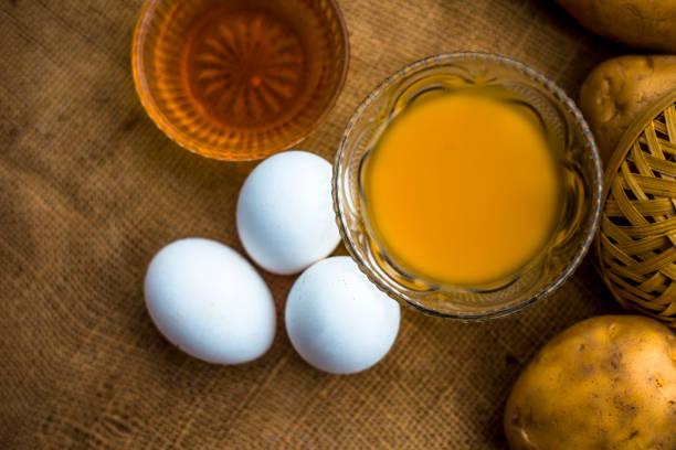 allrounder haarwuchsmittel, das als conditioner sowie als haarwachstumsförderer, d.h. kartoffelsaft gut mit honig und eigelb gemischt dienen wird. - matheblatt etiketten stock-fotos und bilder