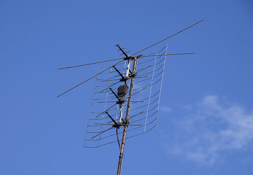 All-wave inphase antenna lattice. The television antenna for rec