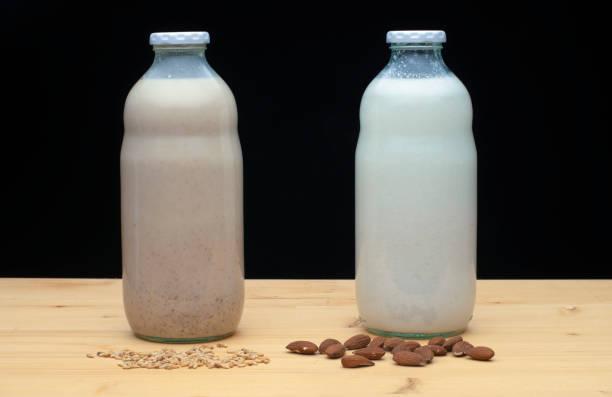 Mandelmilch und Hafermilch mit getrockneten Datteln Obst – Foto