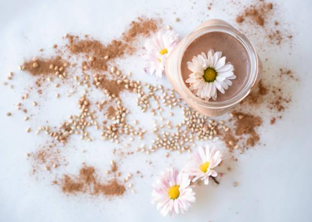 Mandelmilch mit Mandeln, Datum, Zimt – Foto