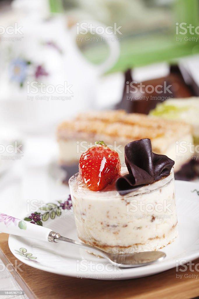 Almond mousse mit Erdbeeren und Schokolade – Foto