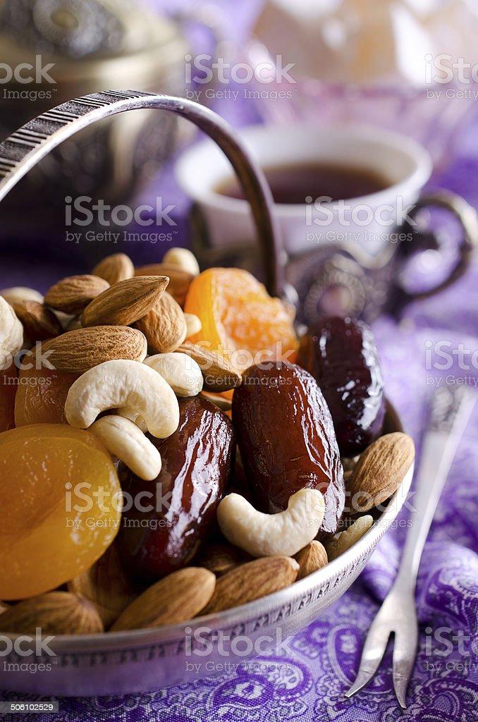 Secs et abricots aux amandes, noix de cajou, les dates, allongé dans un bol en métal - Photo