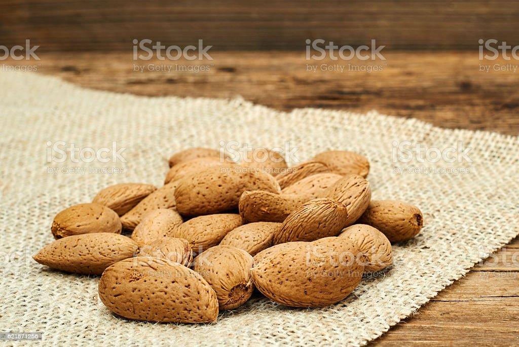 Almonds on a burlap background. photo libre de droits