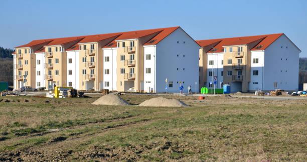 Casi terminado nuevo bloque de pisos, proceso de construcción está cerca de ser realizado - foto de stock