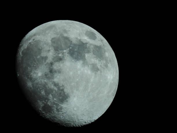 Fast Vollmond am Nachthimmel – Foto