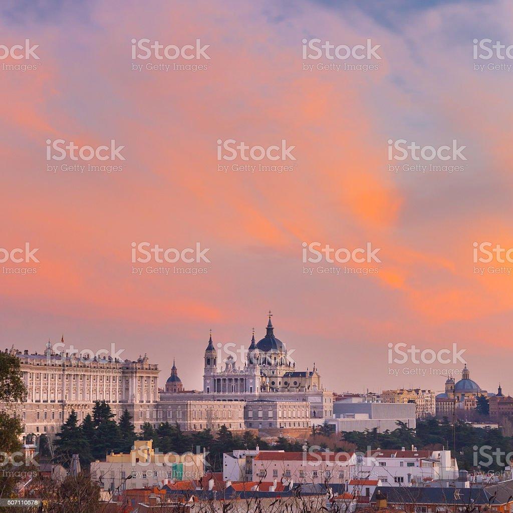 Almudena-Kathedrale und zum Königlichen Palast in Madrid, Spanien. Lizenzfreies stock-foto