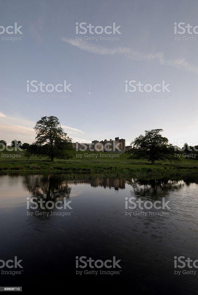 Castillo de Alnwick y el río Aln foto de stock libre de derechos