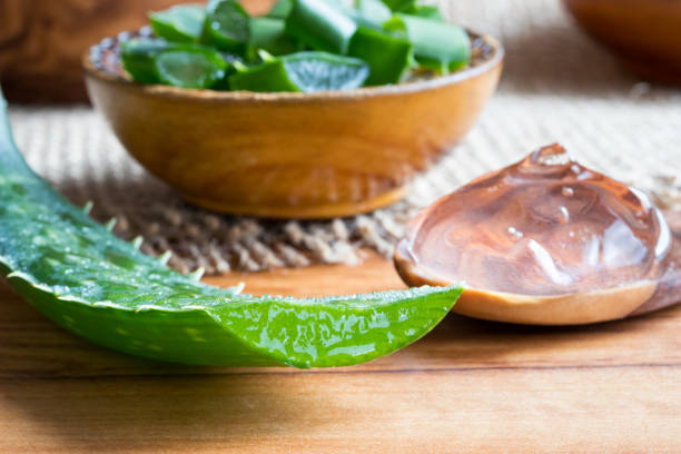 Aloe vera leaf, with aloe vera gel and slices in the background – zdjęcie