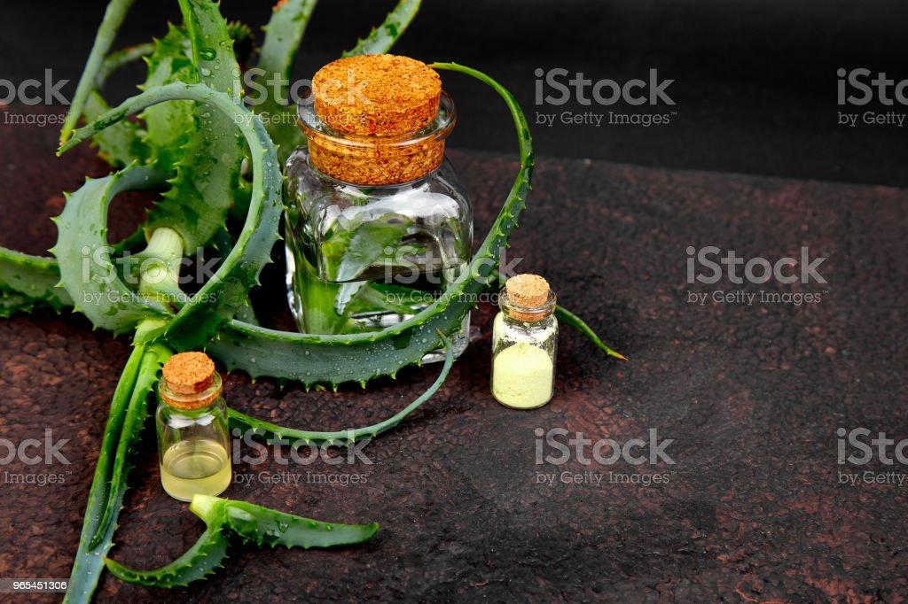 스파에 대 한 유리 병에 수건 알로에 베라 오일 - 로열티 프리 개념 스톡 사진