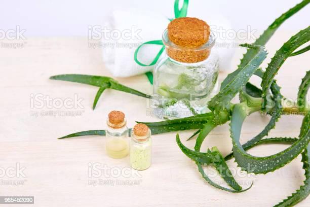 Foto de Óleo De Aloe Vera Em Frasco De Vidro E Toalha Para Spa e mais fotos de stock de Alimentação Saudável