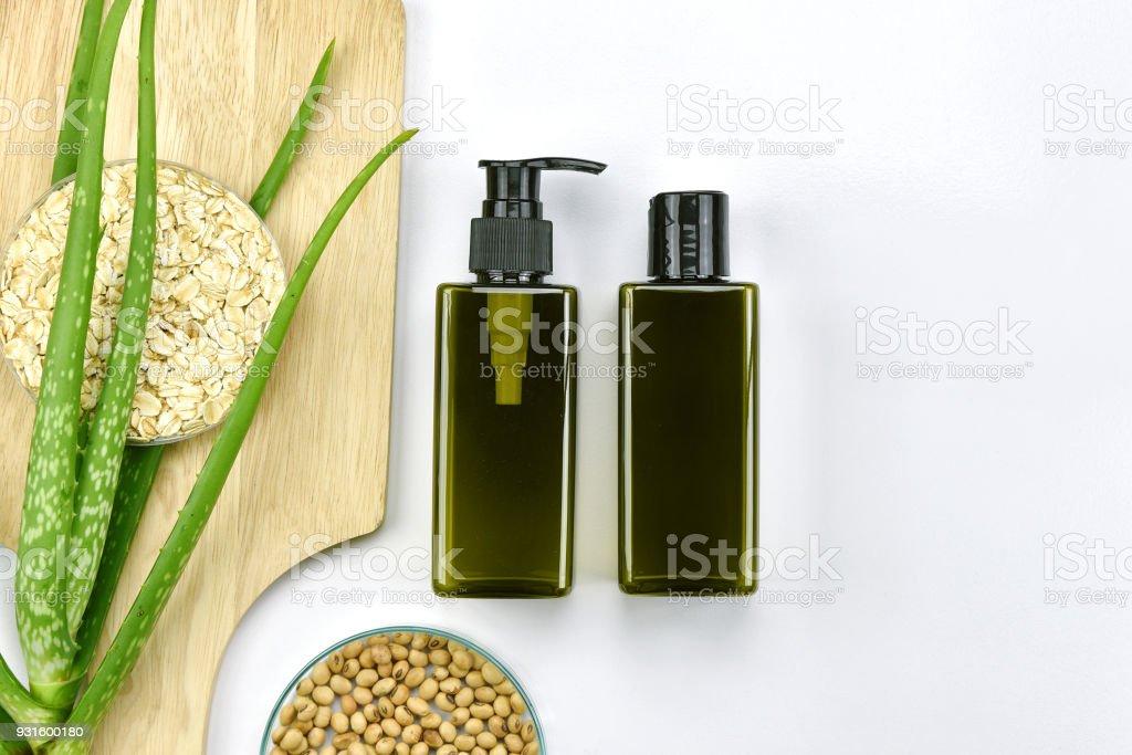 Aloe Vera Pflanze, natürliche Hautpflege-Beauty-Produkt, kosmetische Flasche Behälter mit grünen Kräuter Blätter, leere Beschriftung für das branding Mock-up. – Foto