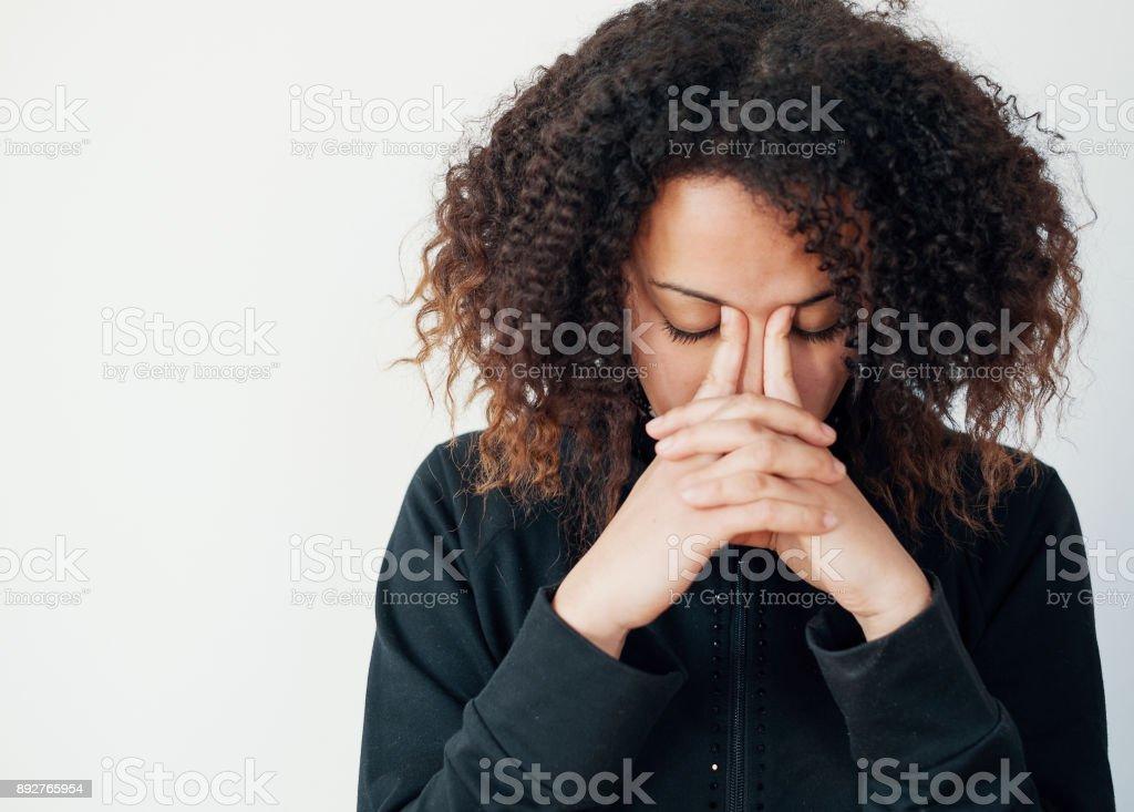 Jeune fille seule et solitaire, se sentir déprimé - Photo