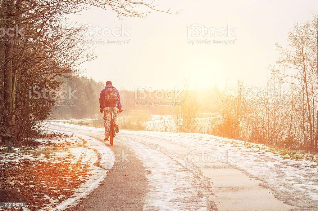 Allein Radfahrer auf die Frühling Straße ab. - Lizenzfrei Winter Stock-Foto