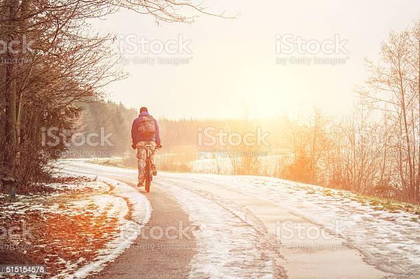 Allein Radfahrer Auf Die Frühling Straße Ab Stockfoto und mehr Bilder von Winter