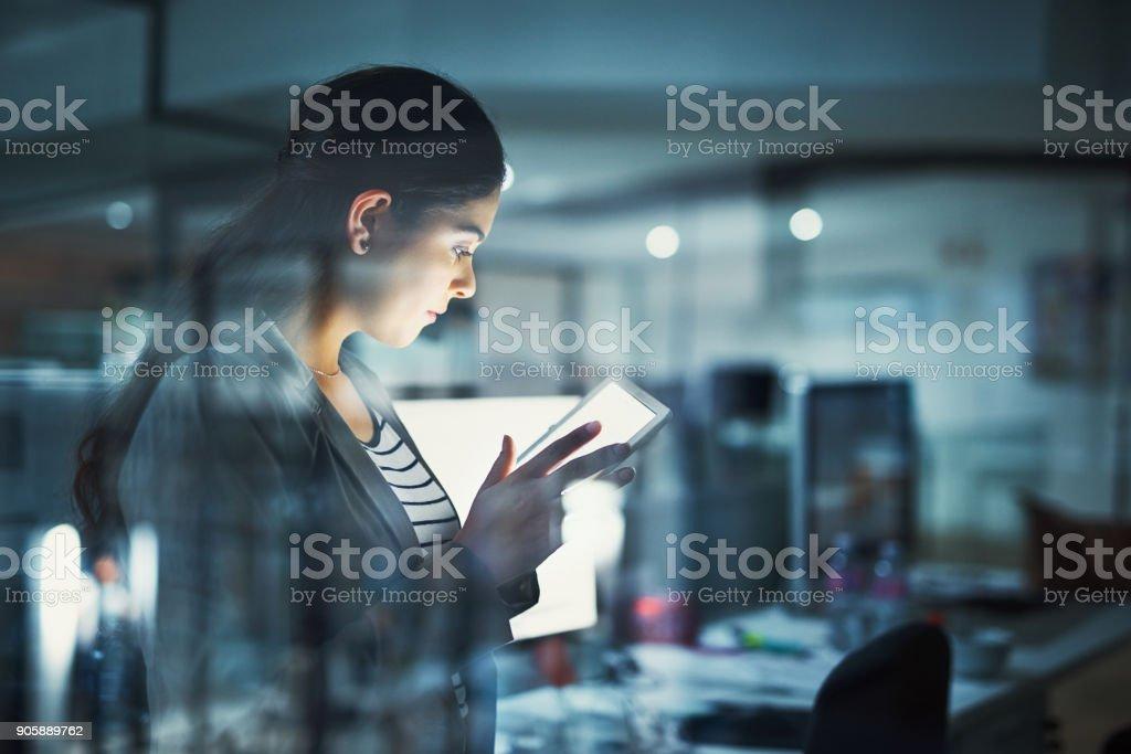 Allein im Büro, Arbeit zu erledigen - Lizenzfrei Technologie Stock-Foto