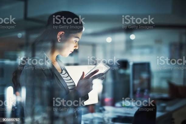 Allein Im Büro Arbeit Zu Erledigen Stockfoto und mehr Bilder von Technologie