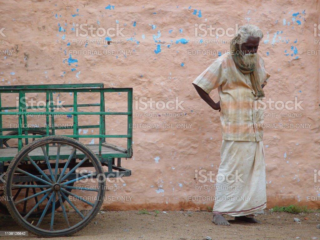 Solo el hombre en Madurai pensando fuera del Templo Meenakshi - foto de stock