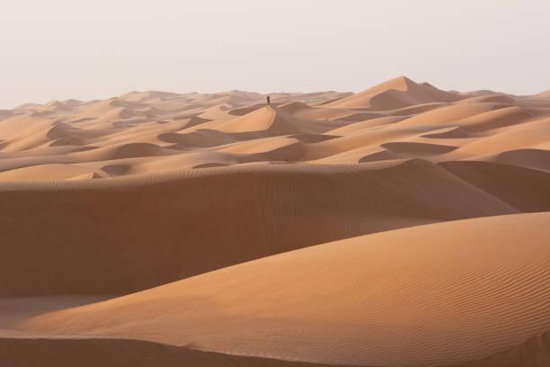 Alleinstehender Mann in den Wüstendünen der Wahiba Sand Wüste (Oman) – Foto
