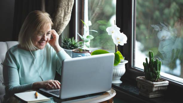 allein Senior Frau mit Laptop und mit Video-Chat – Foto