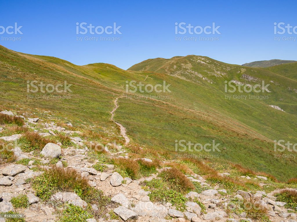Along the path towards the summit of the mountain - foto stock