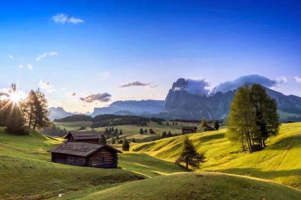alpe di siusi, südtirol, italien - seiser alm stock-fotos und bilder