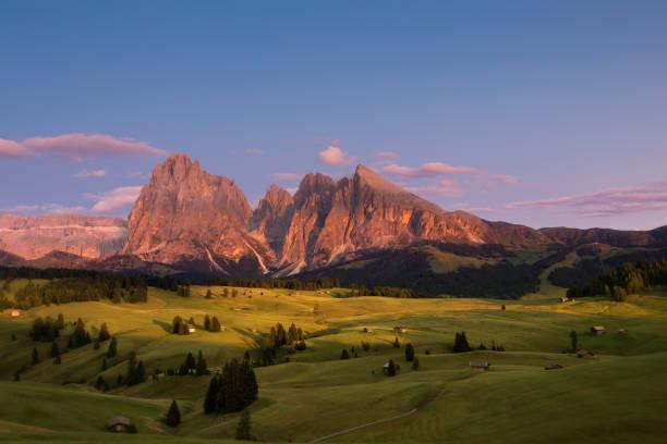 alpe di siusi mit langkofel gruppe bei sonnenuntergang, südtirol, italien - seiser alm stock-fotos und bilder