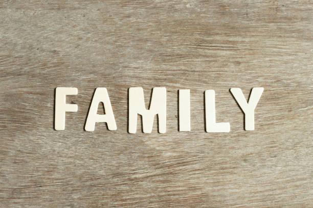alphabet-buchstabe in wort familie auf holz-hintergrund - papa zitate stock-fotos und bilder