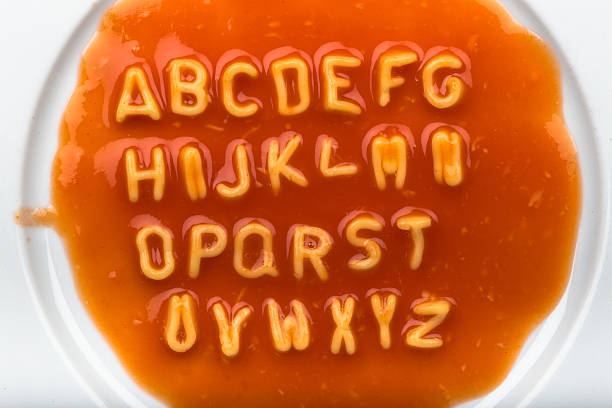 alphabet letters made from spaghetti in sauce - ruth 個照片及圖片檔