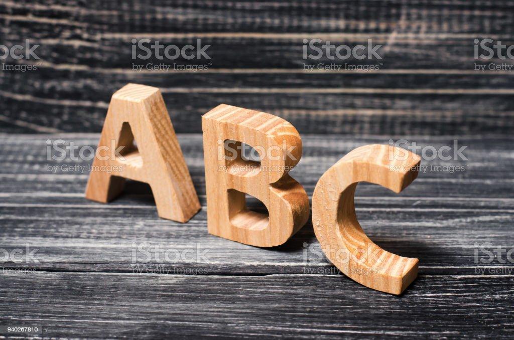 Alphabet aus Holz gebaut, auf dem Hintergrund des Brettes, Ebenholz. Konzept der Bildung, Englisch. Englische Buchstaben, retro. – Foto