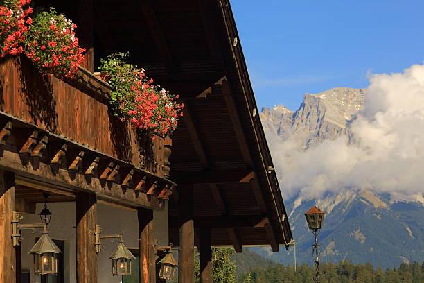 ski chalet mit zugspitze - ferienwohnung dorf tirol stock-fotos und bilder