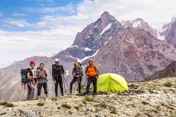 Erfahrene Alpin-Kletterer team und camp – Foto