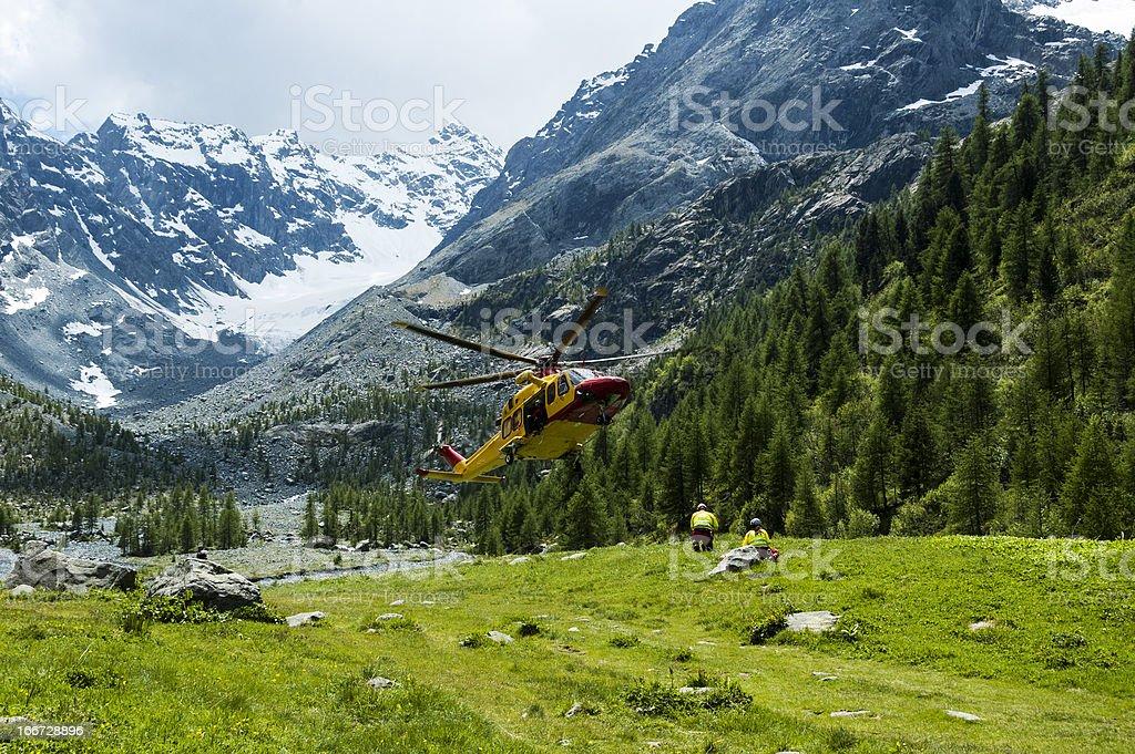 alpine resgate de helicóptero - foto de acervo