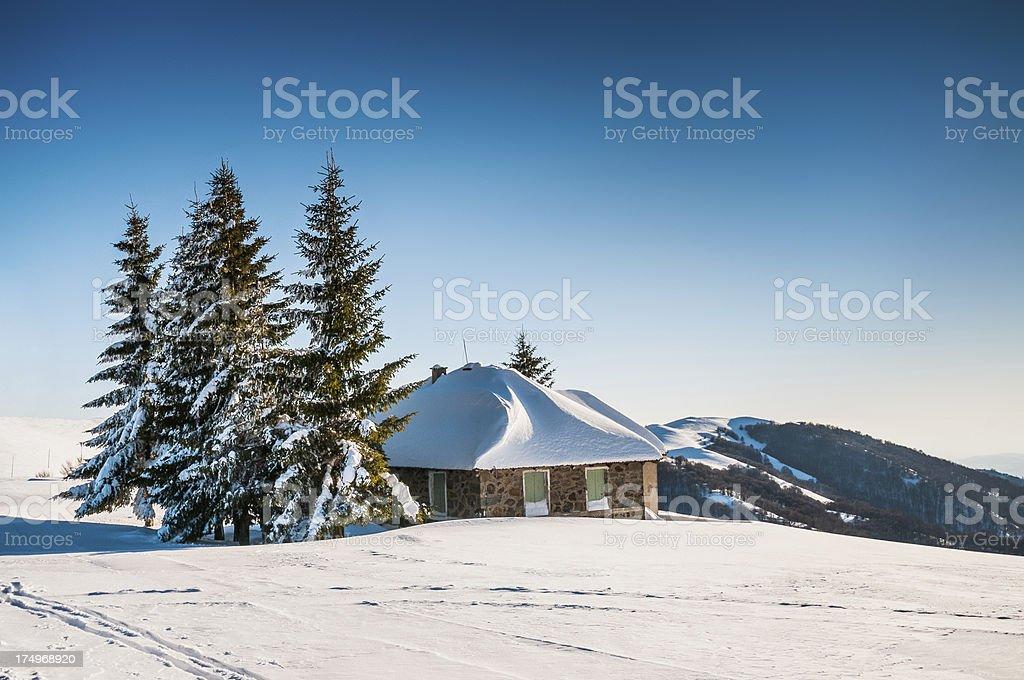 Cabine de montagne recouverts de neige pendant l hiver photo libre de droits adb05b6d1b1