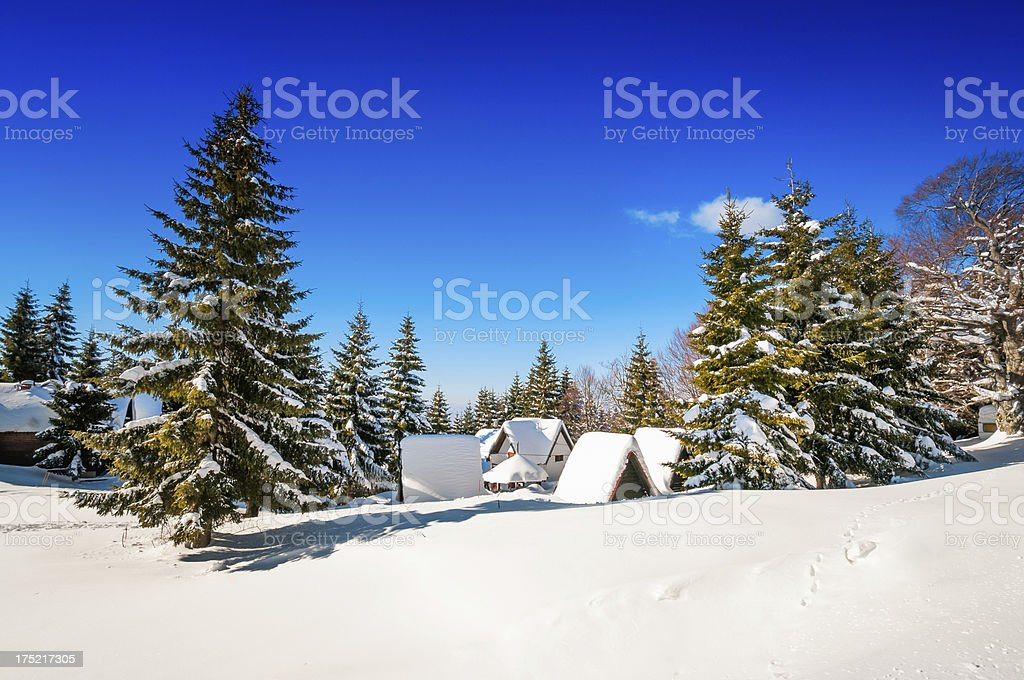 Huttes de montagne recouverts de neige pendant l hiver photo libre de droits c2eb52862a4