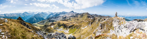 alpenpanorama wallis mit steinpyramide, alpen im valais, la brinta, von vercorin nach grimnetz, eifischtal, schweiz - kanton schweiz stock-fotos und bilder