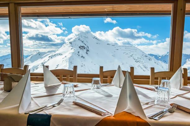 alpine restaurant - hotel in den bergen stock-fotos und bilder