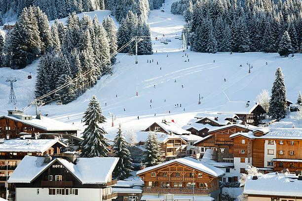 alpine ski-ressort - hotel in den bergen stock-fotos und bilder
