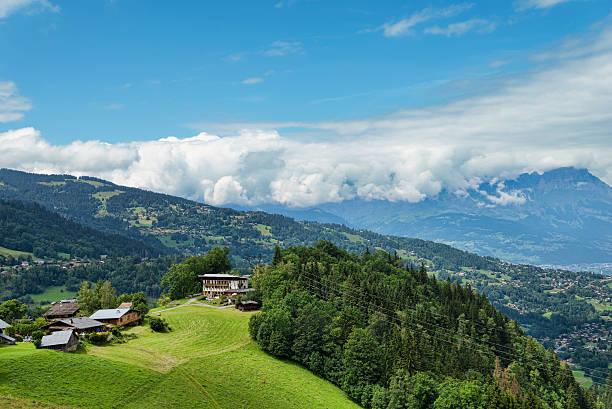 alpine village auf der grünen wiese hill in frankreich - hotel alpenblick stock-fotos und bilder